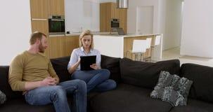 Timelapse der attraktiven Frau zu Hause surfend auf Internet mit Familie stock footage