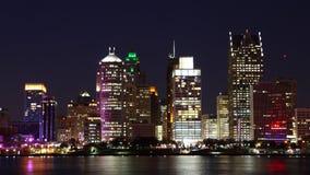 Timelapse der Detroit-Skyline von Tag zu Nacht über Fluss stock footage