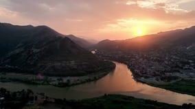 Timelapse der Draufsicht von Mtskheta, Georgia, die alte Stadt auf Sonnenuntergang stock video footage