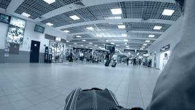 Timelapse der Gepäcktaschenreise im Flughafenabfertigungsgebäude stock footage
