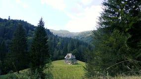 Timelapse der Landschaft mit verlassenem Haus in den Bergen stock video footage