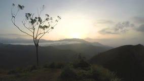 Timelapse der magischen Sonne steigend bei Ella Peak, Sri Lanka stock video footage