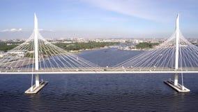 TimeLapse der Schrägseilbrücke über der Petrovsky-Fahrrinne des Westhochgeschwindigkeitsdurchmessers St Petersburg stock video