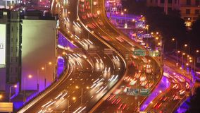 Timelapse des besch?ftigten Verkehrs ?ber ?berf?hrung in der modernen Stadt, Shanghai, China stock footage