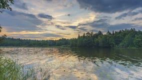 Timelapse des bewölkten Sonnenaufgangs über Waldsee stock footage