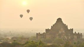 Timelapse des Heißluftballons über Ebene von Bagan am nebelhaften Morgen vor Sonnenaufgang, Myanmar stock video