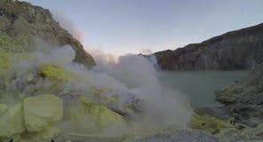 Timelapse des mineurs de soufre à l'intérieur de cratère d'Ijen - 4K banque de vidéos