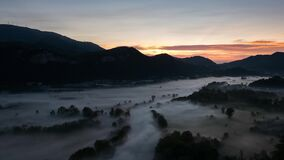 Timelapse des Nebels bei Adda River Valley morgens stock video footage