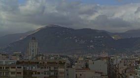 Timelapse des nuages au-dessus de Palerme, Italie Scène de ville avec les collines vertes banque de vidéos