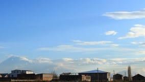 Timelapse des nuages bleus et gris sur le ciel bleu de fond clips vidéos