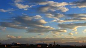 Timelapse des nuages bleus, oranges, gris sur le ciel bleu de fond clips vidéos