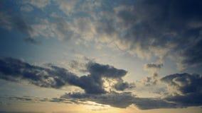 Timelapse des nuages dans la soirée avec le bleu et l'effet jauni de vintage Sensation de souvenir dans l'aspect doux, tons frais banque de vidéos