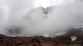 Timelapse des nuages de flottement dans les montagnes Roches couvertes de neige clips vidéos