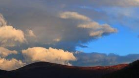 Timelapse des nuages mobiles au coucher du soleil dans le Pyrénéen, France clips vidéos