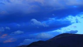 Timelapse des nuages mobiles au coucher du soleil dans le Pyr?n?en, France banque de vidéos