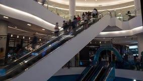 Timelapse des personnes sur des escalators au centre commercial clips vidéos
