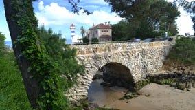 Timelapse des piétons sur un pont à travers du phare de Santa Marta et du musée municipal, Cascais, Lisbonne banque de vidéos