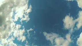 Timelapse des Rollens von großen weißen Wolken auf dem blauen Himmel stock video footage