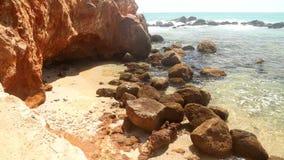 Timelapse des schönen felsigen Strandes in Sri Lanka stock video footage