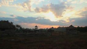 Timelapse des Sonnenaufgangs über Landschaft, Wolken, die über Himmel laufen stock footage