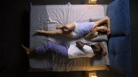 Timelapse des stillstehenden Mannes und der Frau mit Schlaflosigkeit stock footage