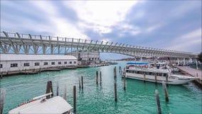 Timelapse des trains de monorail dans le port de Venise Île de Tronchetto, le trafic de Piazzale Roma de taxi de l'eau avec le to banque de vidéos