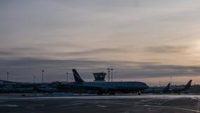 Timelapse des Verkehrs an Anschluss D von Sheremetyevo-Flughafen, Moskau stock video footage
