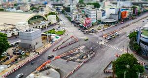 Timelapse des Verkehrs auf Straße nahe Bahnhof Bangkoks stock video