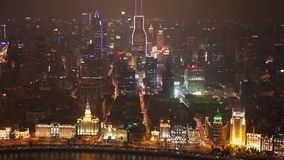 Timelapse des Verkehrs und des Stadtbilds von Shanghai nachts, Shanghai, China stock video