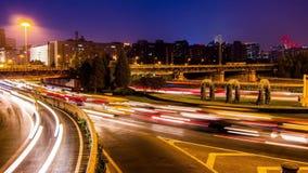 Timelapse des Zugs und des Autos nachts in Peking, stock video