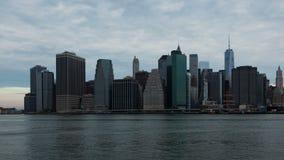 timelapse di alba 4k dell'orizzonte di Manhattan a New York - U.S.A. video d archivio