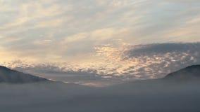 Timelapse di alba in montagne con foschia colourful stock footage