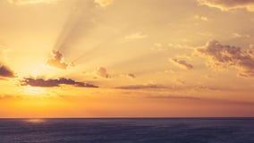 Timelapse di alba sopra il mare con le nuvole sul cielo stock footage