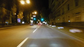 Timelapse di azionamento ad alta velocità delle vie della città di notte video d archivio