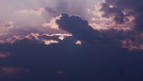 Timelapse di belle formazioni della nuvola durante il tramonto stock footage
