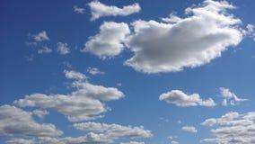 Timelapse di belle nuvole bianche Movimenti delle nuvole velocemente nell'atmosfera nell'ambito dei raggi del sole archivi video