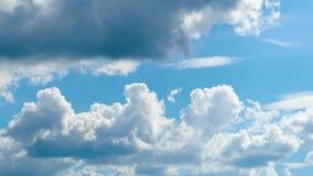 Timelapse di belle nuvole nel cielo al giorno video d archivio