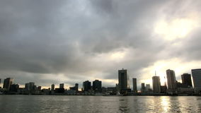 Timelapse di cloudscape sopra le costruzioni a Tokyo stock footage