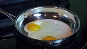 Timelapse di due uova che cucinano in padella, 4K stock footage