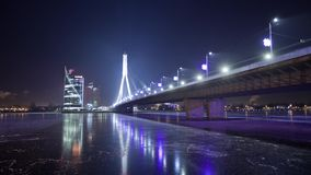 Timelapse di inverno della città di Riga di notte, luci, ponte, fiume di Daugava video d archivio