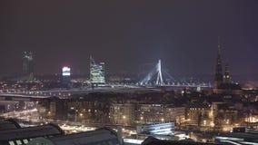 Timelapse di inverno della città di Riga di notte, luci, ponte, fiume di Daugava stock footage
