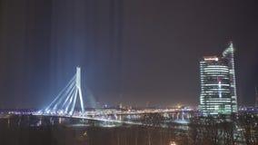 Timelapse di inverno della città di Riga di notte, luci, ponte, fiume di Daugava archivi video