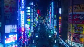 Timelapse di notte alla via nella città al neon video d archivio