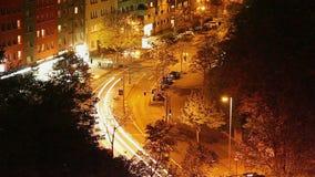 Timelapse di notte della via della città, semafori lunghi di esposizione, automobile video d archivio