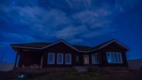 timelapse di notte 4K con una bella casa, il movimento delle stelle e nuvole nel cielo notturno illustrazione vettoriale