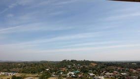Timelapse di paesaggio in Tailandia, colline con le case con cielo blu nuvoloso archivi video
