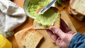 Timelapse di produrre il panino dell'avocado stock footage