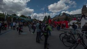 Timelapse di traffico di turisti allo slogan di I Amsterdam vicino a Rijksmuseum archivi video