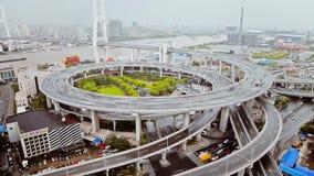 Timelapse di traffico sulla spirale di Nanpu, Shanghai, Cina archivi video