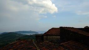 Timelapse di un moto nuvoloso della tempesta di estate sopra una valle verde in Italia video d archivio